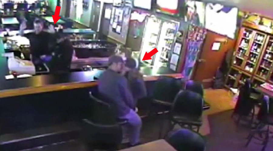 Love really is blind: Couple kiss on despite armed robbery (VIDEO)