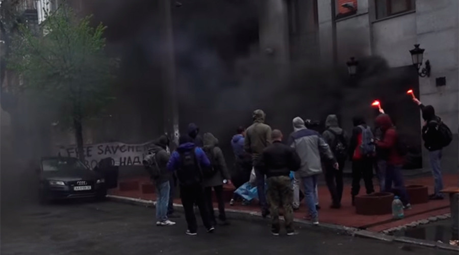 Ukrainian extremist mob pelts Russia Cooperation office in Kiev with flares & smoke bombs (VIDEO)