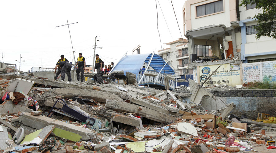 Police officers stand on debris after an earthquake struck off Ecuador's Pacific coast, at Tarqui neighborhood in Manta April 17, 2016. © Guillermo Granja