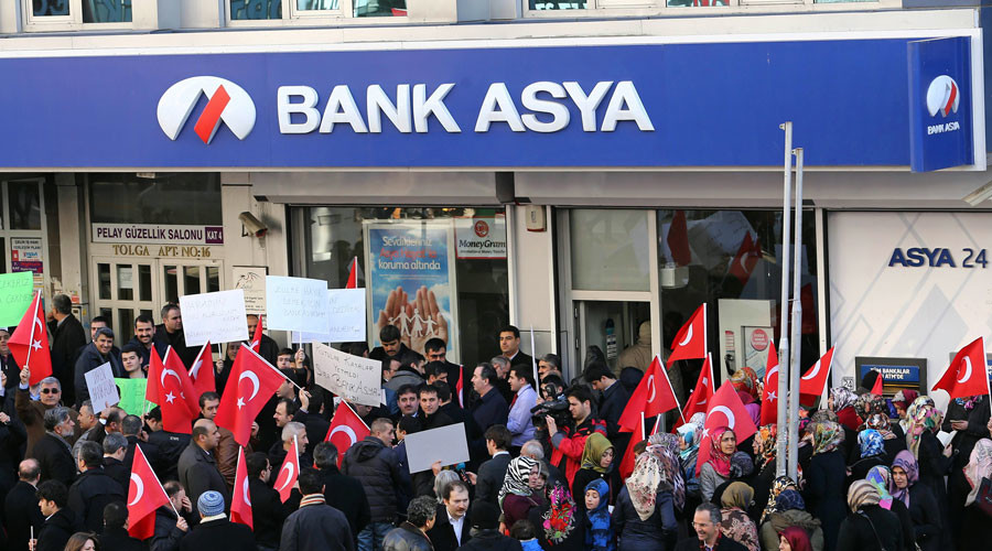 People stage a protest against the seizure of the Islamic Bank Asya, in front of a Bank Asya branch in downtown Ankara on February 4, 2015. © Adem Altan