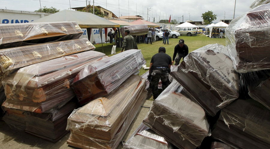 Police officers carry a coffin in Pedernales, after an earthquake struck off Ecuador's Pacific coast, April 18, 2016. © Guillermo Granja