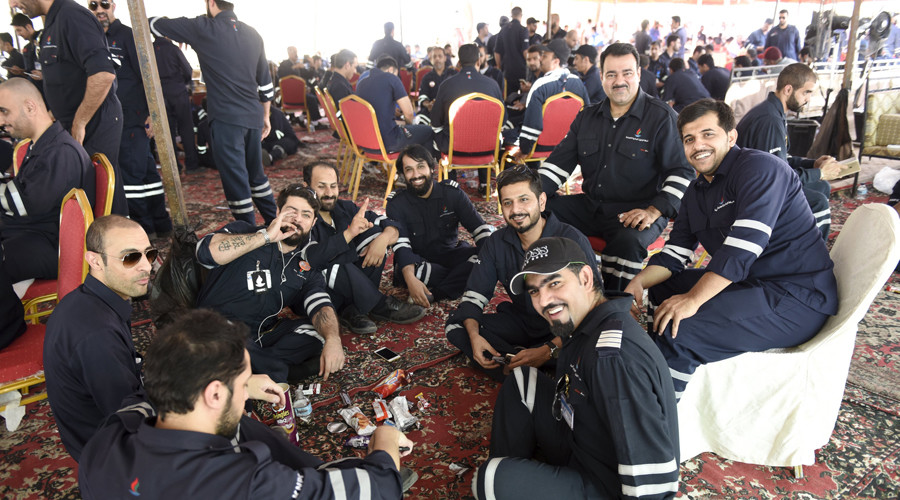 Kuwaiti oil sector employees sit in a shaded area on the first day of an official strike called by the Oil and Petrochemical Industries Workers Union over public sector pay reforms, in Ahmadi, Kuwait April 17, 2016. © Stephanie McGehee