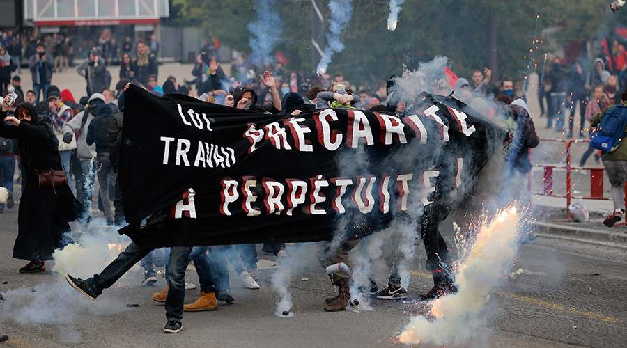 French university students hold a banner during clashes with French police at a demonstration against the French labour law proposal in Nantes, France, April 20, 2016 © Stephane Mahe