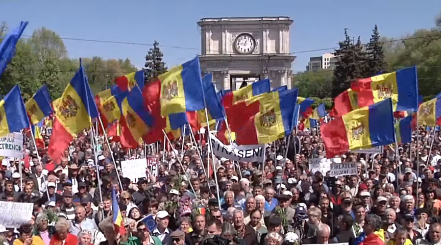 Thousands of protesters rallied in front of the Moldovan parliament in Chisinau, Sunday, to demand the resignation of the government and snap elections. © Ruptly