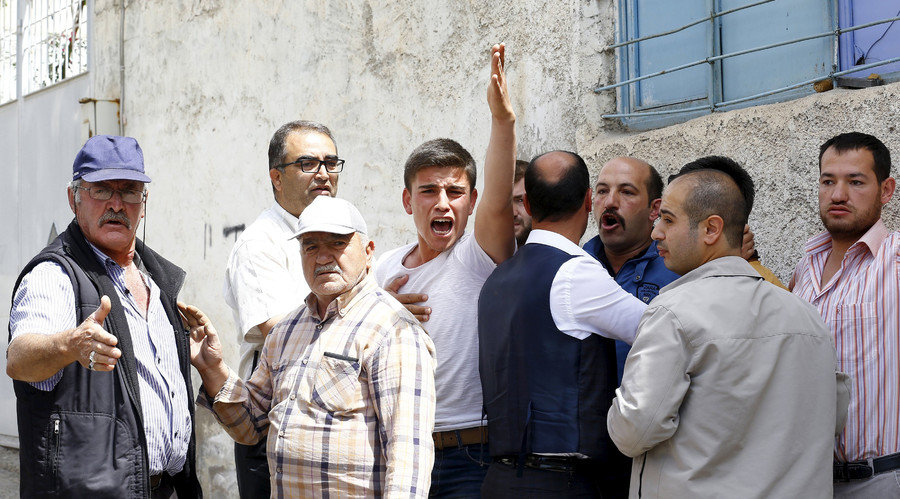 Locals protest against officials asking them to resign as they argue with police about their security concerns after two rockets hit the Turkish town of Kilis near the Syrian border, Turkey, April 24, 2016. © Umit Bektas