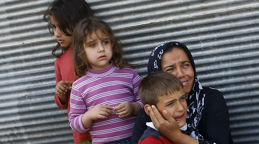 A mother and her children react after two rockets hit the Turkish town of Kilis near the Syrian border, Turkey, April 24, 2016. © Umit Bektas