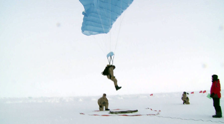 North Pole skydivers: Troops compete in precision landing on drifting Arctic ice floe (VIDEO)