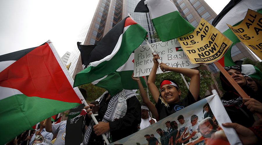 Palestinians and supporters protest outside the Israeli Consulate in Los Angeles, California, United States October 16, 2015. ©Lucy Nicholson