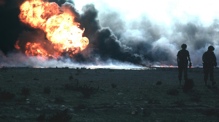 Burning oilfield during Operation Desert Storm, Kuwait © Wikipedia