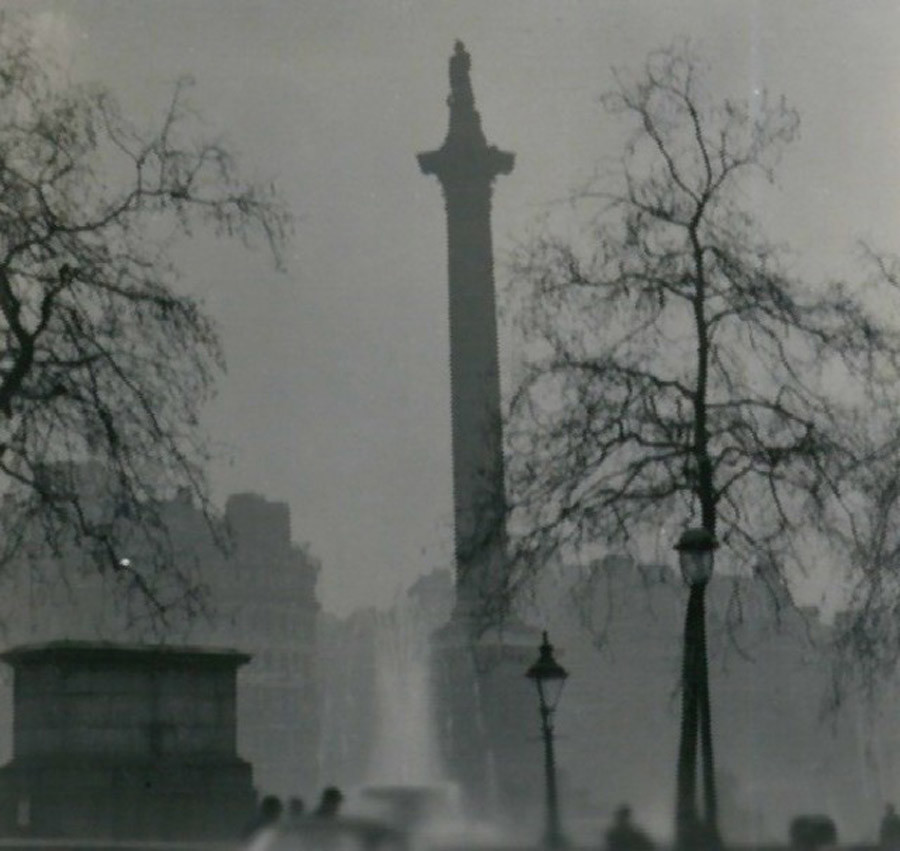 Nelson's Column during the Great Smog of 1952 © Wikipedia