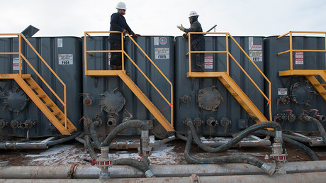 Workers monitor water tanks at a Hess fracking site near Williston, North Dakota © Andrew Cullen