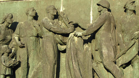 Detail of relief on the left side in the Soviet Military Cemetery in Warsaw, Poland © Wikipedia