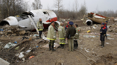 Experts and investigators stand at the site of a Polish government Tupolev Tu-154 aircraft crash in Smolensk, April 13, 2010. © Sergei Karpukhin