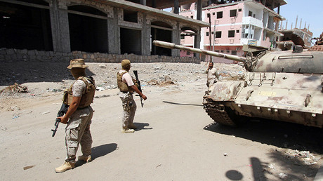 Soldiers from the Saudi-led coalition secure a street pavement in Yemen's southern port city of Aden © Faisal Al Nasser