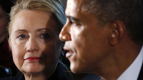 U.S. Secretary of State Hillary Clinton (L) listens to U.S. President Barack Obama © Kevin Lamarque