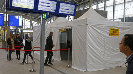 People cast their vote for the consultative referendum on the association between Ukraine and the European Union in a makeshift polling booth at the Central train station in Utrecht, the Netherlands, April 6, 2016. © Michael Kooren