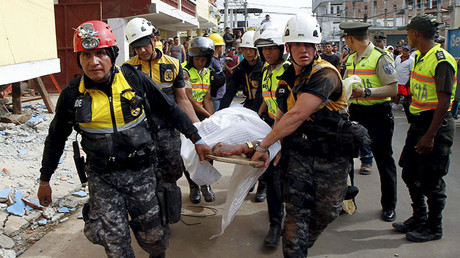 Police carry a body after an earthquake struck off Ecuador's Pacific coast, at Tarqui neighborhood in Manta April 17, 2016. © Guillermo Granja