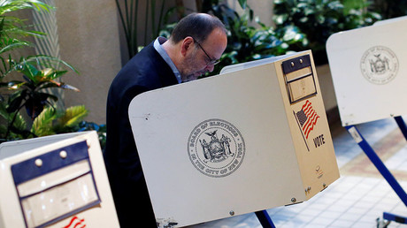 A man fills out a ballot at the Central Synagogue as polling stations open for the New York state primary elections in the Manhattan borough of New York, U.S., April 19, 2016. © Andrew Kelly