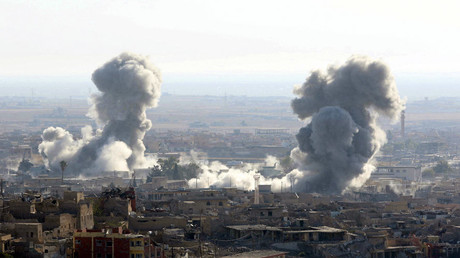 Smoke rises from the site of U.S.-led air strikes in the town of Sinjar, Iraq © Reuters
