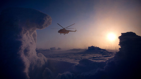 A helicopter carrying Karelia-North Pole-Greenland expedition members from the drifting ice base Barneo to the North Pole. © Ramil Sitdikov