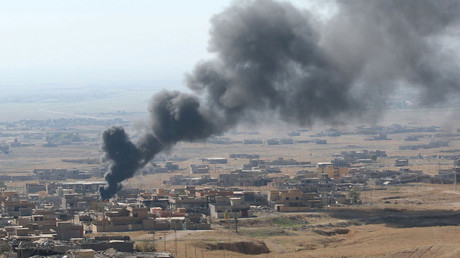 Smoke rises from the site of U.S.-led air strikes in the town of Sinjar, Iraq November 12, 2015. © Ari Jalal