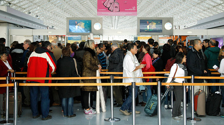 Passengers stand in a queue in a terminal at the Charles-de-Gaulle airport in Roissy, near Paris © Benoit Tessier