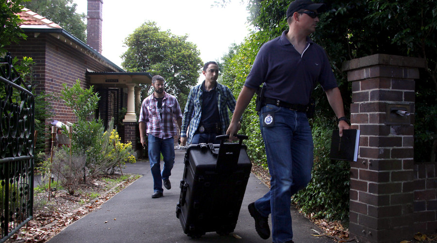 Australian Federal Police officers walk down the driveway after searching the home of probable creator of cryptocurrency bitcoin Craig Steven Wright in Sydney's north shore December 9, 2015. © David Gray