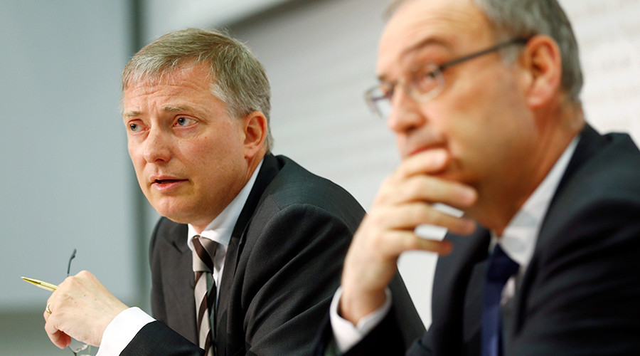 Switzerland's intelligence service NDB director Markus Seiler (L) speaks to the media next to Swiss Defence Minister Guy Parmelin during a news conference in Bern, Switzerland May 2, 2016 © Ruben Sprich