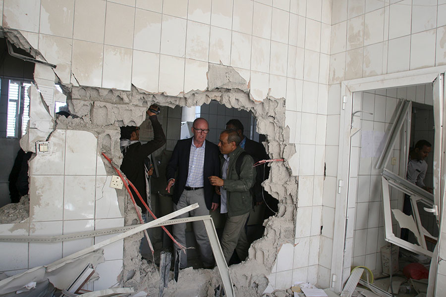 Resident Coordinator of the United Nations in Yemen, Jamie McGoldrick (C), inspects damage at a hospital in Yemen's southwestern city of Taiz January 21, 2016. © Anees Mahyoub