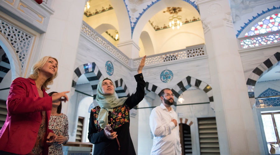 German Families Minister Manuela Schwesig (L) and Yasemin Bagci, board member of the Sehitlik mosque Berlin, show their fellow citizens how easy it is to make friends. © Stefanie Loos