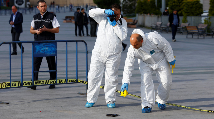 Forensic officers inspect the area after an attack aganist Can Dundar, editor-in-chief of Cumhuriyet in front of the Justice Palace in Istanbul, Turkey May 6, 2016. © Osman Orsal