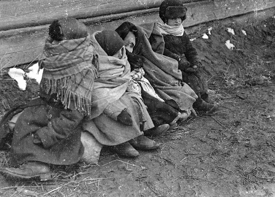 Orphans in Mozyr, Belorussia, 1944. © Yefim Kopyt