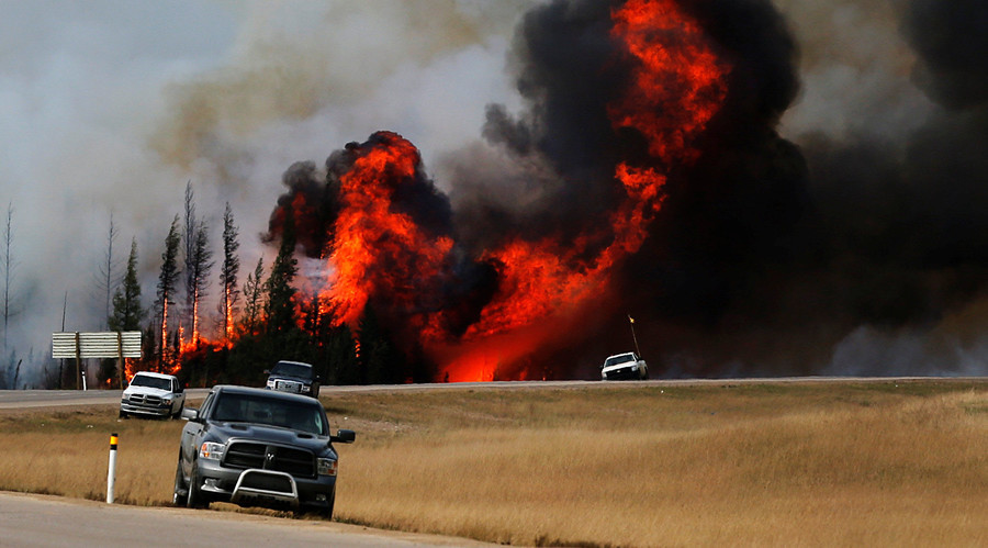 Alberta wildfires expected to burn for months, threaten oil sands mines (VIDEOS)