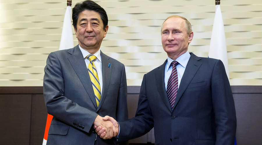 Russian President Vladimir Putin (R) shakes hands with Japanese Prime Minister Shinzo Abe during a meeting in Sochi, Russia, May 6, 2016. © Pavel Golovkin