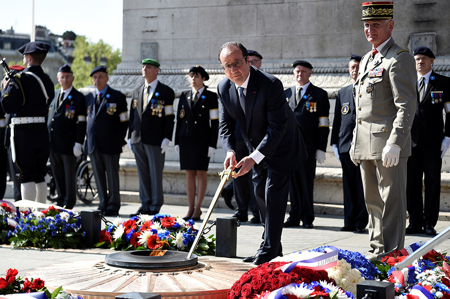 French President Francois Hollande re-kindles the eternal flame at the Tomb of the Unknown Soldier during a ceremony marking the 71st anniversary of the victory over Nazi Germany during World War II on May 8, 2016 in Paris. © Lionel Bonaventure