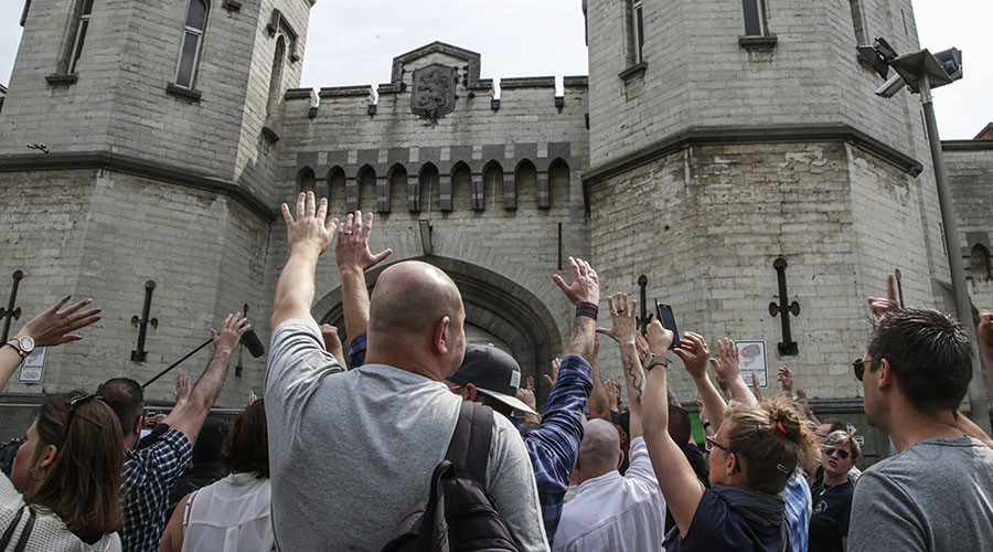 Prison warders take part in a general assembly in front of the prison of Sint-Gillis (Saint-Gilles), Brussels, on May 9, 2016, during a general strike Prison warders launched a strike more than a week ago, which was originally scheduled to last 24 hours. © Belga