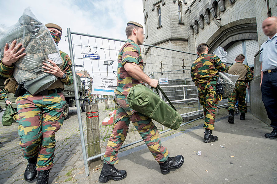Belgian soldiers arrive at the prison of Sint-Gillis / Saint-Gilles in Brussels, during a general strike of prison officers on May 9, 2016. © Belga