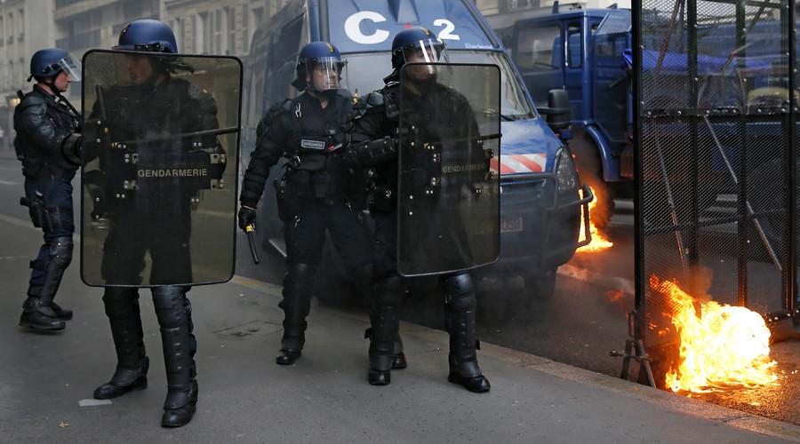 تتخذ شرطة مكافحة الشغب تمركزوا خلال مظاهرة ضد إصلاح قانون العمل الفرنسي في باريس، فرنسا، 12 مايو، 2016. © جونزالو فوينتس