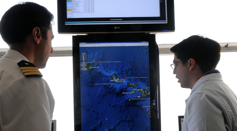 Naval officers monitoring the islands of Hawaii before an imminent hit by a tsunami following a powerful earthquake off Japan, in the port city of Valparaiso, 120 km northwest of Santiago. File photo. © Chilean Navy