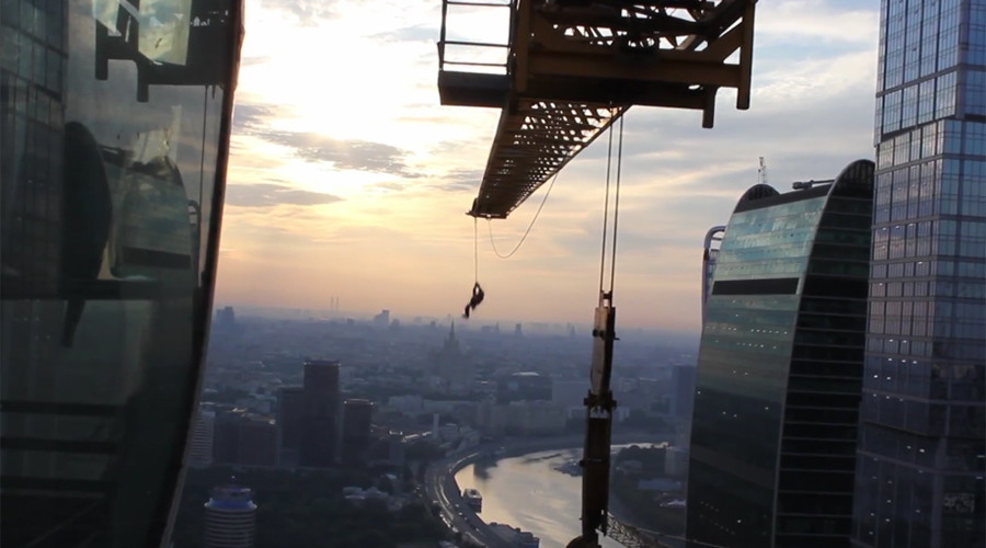 Russian daredevil films death-defying 'spiderman' crane swing over Moscow (VIDEO)