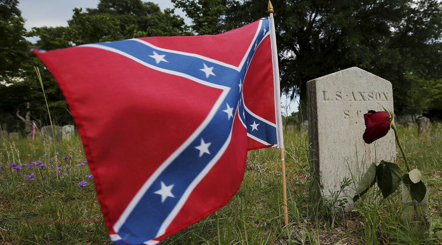 A Confederate battle flag flies at the grave of L.S. Axson, a soldier in the Confederate States Army in the U.S. Civil War © Brian Snyder