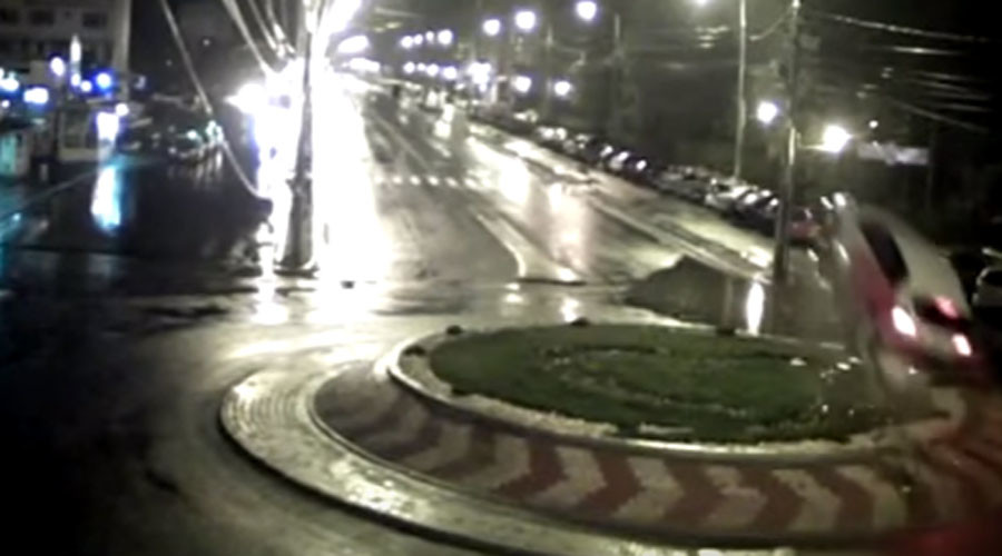 Fast & furious: Urban racer launches off roundabout with spectacular style (VIDEO)