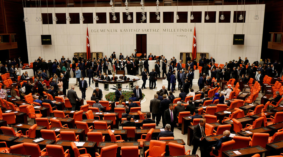 Turkish lawmakers attend a debate at the Turkish parliament in Ankara, Turkey, May 20, 2016. © Umit Bektas