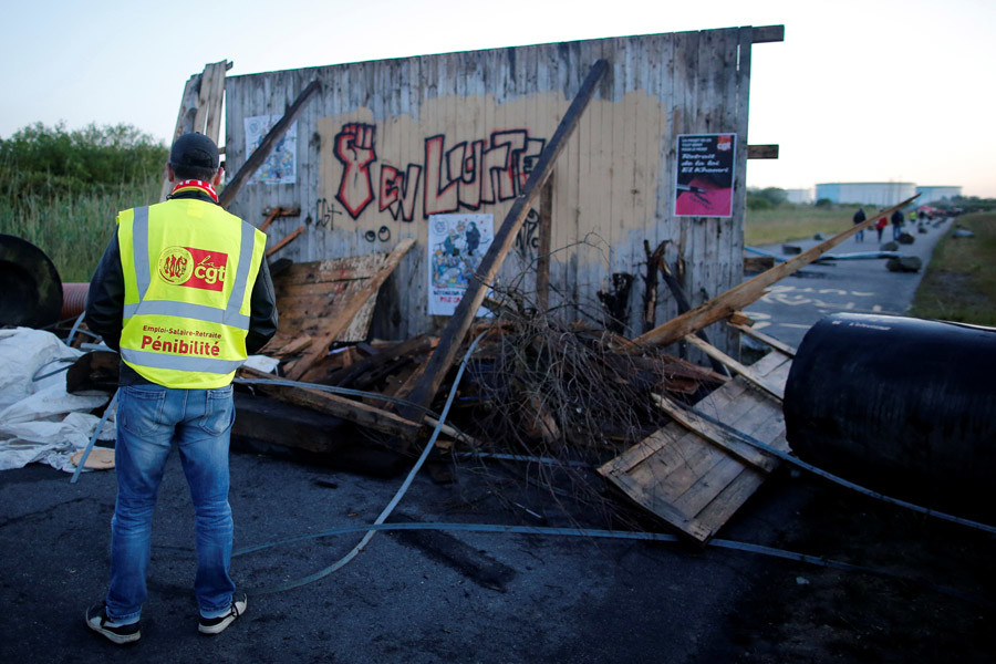A French CGT labour union employee stands near a barricade to block the entrance of the fuel depot of the society SFDM near the oil refinery of Donges, France, May 23, 2016. © Stephane Mahe