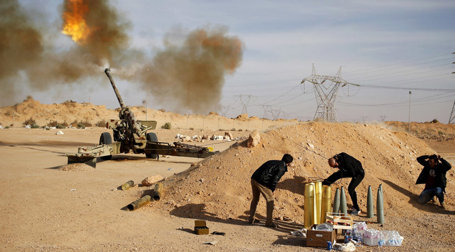 Libya Dawn fighters fire an artillery cannon at IS militants near Sirte March 19, 2015. © Goran Tomasevic