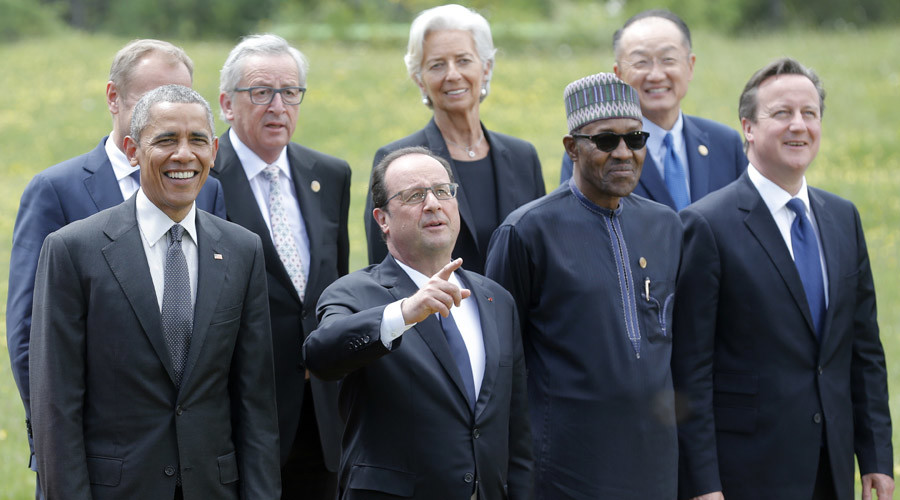 French President Francois Hollande (2L) gestures next to U.S. President Barack Obama (L) and other G7 summit participants and outreach delegates at a family picture event at the G7 summit at the Elmau castle in Kruen near Garmisch-Partenkirchen, Germany, June 8, 2015. © Christian Hartmann