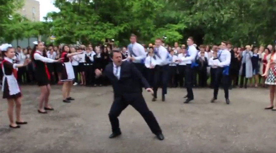 School head wows internet by leading 'last bell' dance with pupils (VIDEO)