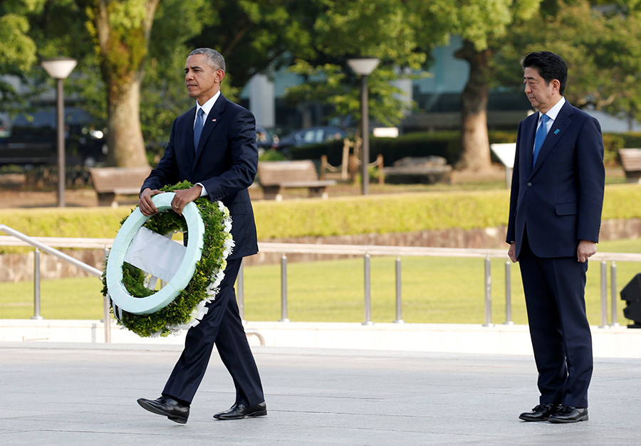 U.S. President Barack Obama (L) carries a wreath as Japanese Prime Minister Shinzo Abe looks on, in front of a cenotaph at Hiroshima Peace Memorial Park in Hiroshima, Japan May 27, 2016 © Toru Hanai