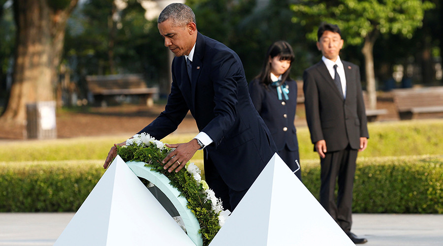 U.S. President Barack Obama lays a wreath at a cenotaph at Hiroshima Peace Memorial Park in Hiroshima, Japan May 27, 2016 © Toru Hanai