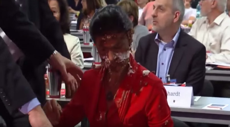 Activist throws chocolate cake in German Left Party leader's face at congress (VIDEO)